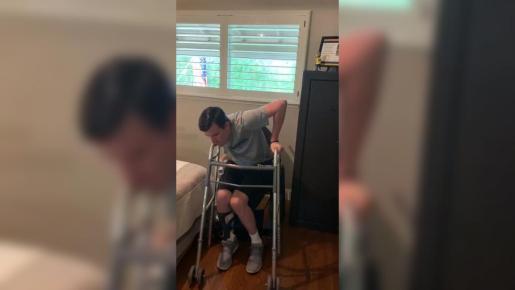 Los médicos le dijeron que no podría volver a andar o a mover sus manos.