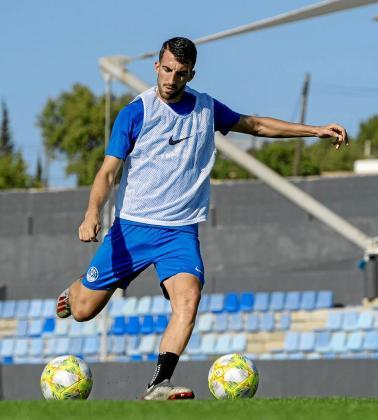 El centrocampista se prepara para golpear el balón durante una sesión de entrenamiento de la UD Ibiza en el estadio de Can Misses.