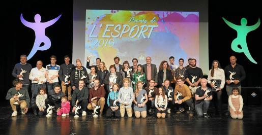 Los mejores deportistas de cada modalidad posan juntos tras recibir sus premios en la edición de los Premis de l'Esport del año pasado.