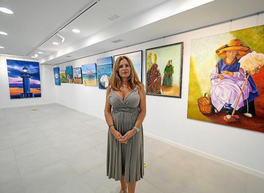 La artista Cristina Ferrer, ayer, en la inauguración de su última muestra.