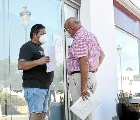 Uno de los vecinos conversa con un arquitecto antes de la reunión.