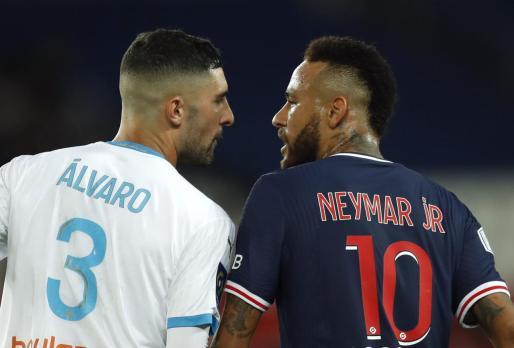 Alvaro y Neymar, discutiendo durante el partido.