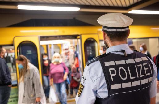 Un policía vigila el uso de mascarilla en el metro de Stuttgart.