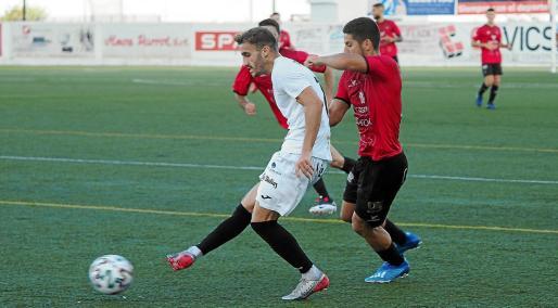 El extremo Colau pasa el balón en un lance del amistoso entre la Peña Deportiva y el Formentera.