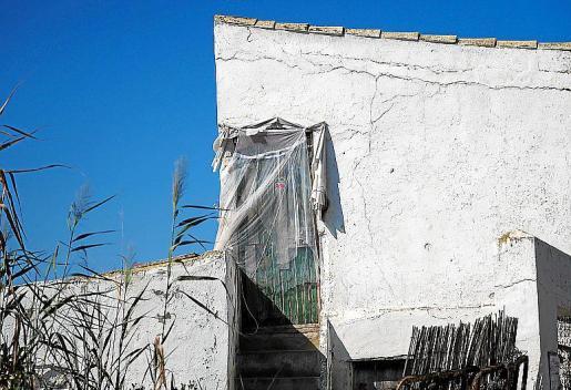 Estado de abandono. La zona de ses Feixes des Prat de ses Monges de Talamanca presenta grandes cantidades de basura en muchas parcelas y viviendas prácticamente abandonadas y en muy mal estado de conservación.