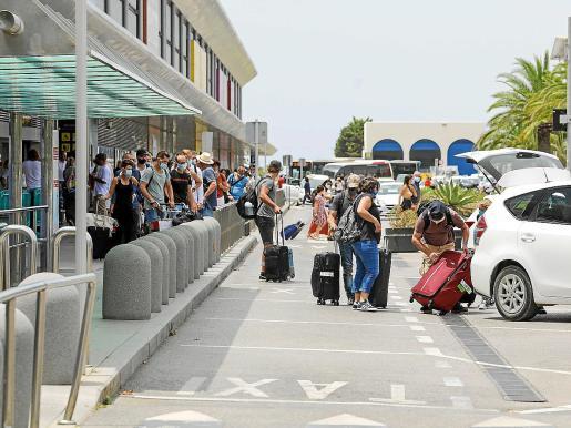 Los taxis cargan pasajeros en el aeropueto de Ibiza.