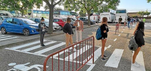Alumnas guardan cola y distancia en el acceso a un centro docente de Mallorca, el primer día de clase.