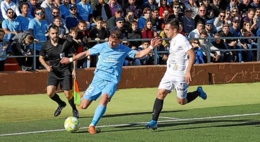 Kike López, de la UD Ibiza, se prepara para centrar el balón en un lance del partido liguero entre la Peña y el conjunto celeste en el Campo de Santa Eulària.