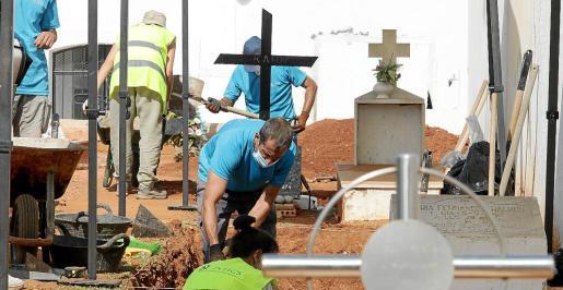 La segunda fase de los trabajos comenzaron este martes de forma manual en cuatro zonas del cementerio y en ellos participan arqueólogos y antropológicos de la empresa ATICS.