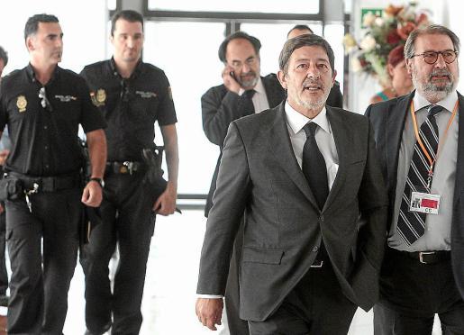 Francisco Javier Guerrero y su abogado, a su llegada al Parlamento.