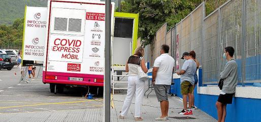 Varias personas esperan su turno para hacerse la PCR en la unidad móvil. Foto: