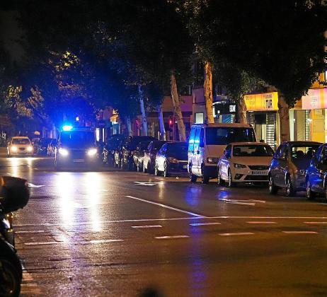 La Policía controló que los cierres de los locales se llevaran a cabo.