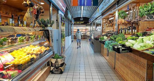 Mientras el Mercat Nou, los bares y cafeterías y las tiendas tenían muy pocos clientes para un sábado, en las calles había un amplio despliegue de agentes de la Policía Local de Vila y la Policía Nacional para que se cumpliera el confinamiento.