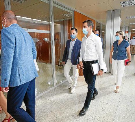 Marcos Serra entra a la reunión del miércoles.