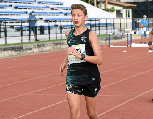 Antonio Boned, durante la cita de los 5.000 metros marcha de ayer en el polideportivo Príncipes de España, en Palma.