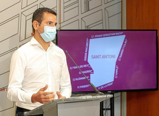 Marcos Serra, con el área confinada de Sant Antoni al fondo, durante la rueda de prensa del miércoles.