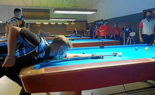 Jonás Souto se dispone a ejecutar un tiro durante una partida del torneo malagueño.