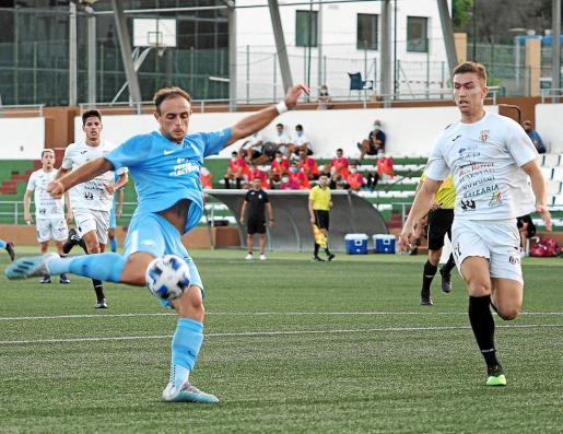 El atacante celeste Ekain arma la pierna en la acción del primer gol.