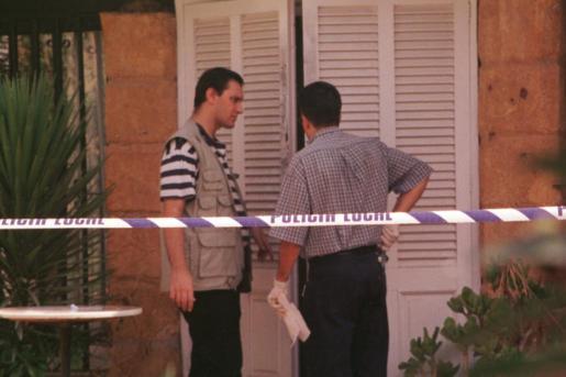 Agentes, inspeccionando el chalet donde fue asesinada la británica.