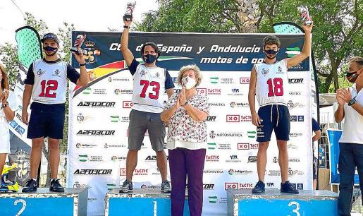 Juan Carlos Palau, a la izquierda del todo, y Álex, Prats, a la derecha, en el podio de la prueba de ayer.