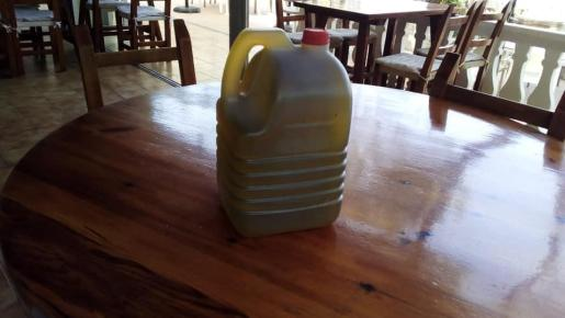 Una garrafa de aceite similar a la que han robado.