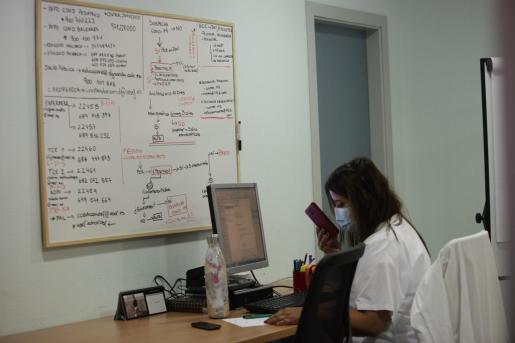 Nuevo servicio Educovid. El Área de Salud de Ibiza y Formentera ha lanzado un dispositivo para el rastreo de contactos estrechos de alumnos positivos y para la realización de PCR y cribados en el ámbito escolar. Son 6 personas coordinadas por la gestora de casos pediátricos. También se ha puesto en marcha un teléfono de atención (900 700 222) para resolver dudas a padres, madres y profesorado.