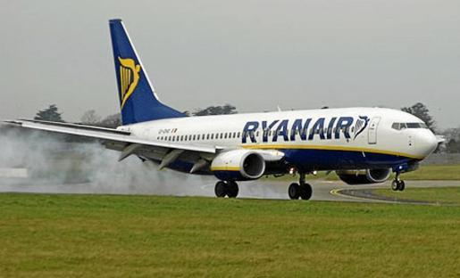 Un avión de Ryanair tomando tierra.