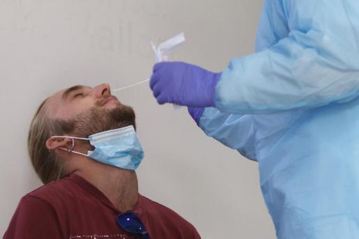Una persona se realiza la PCR durante los cribados.