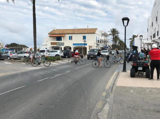 Turistas paseando en bici por Formentera.
