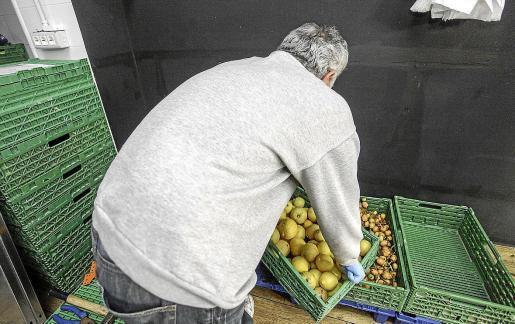 Cristóbal -nombre ficticio- maneja una caja en su local en la calle Pérez Cabrero i Tur.