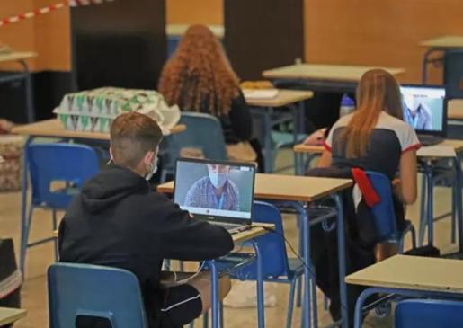 Alumnos atienden desde su ordenador clases virtuales impartidas en el Colegio Ábaco, en Madrid (España), a 17 de septiembre de 2020. El Colegio Ábaco es de carácter privado y concertado y es uno de los centros educativos que ha optado por dividir la jorna - Marta Fernández Jara - Europa Press