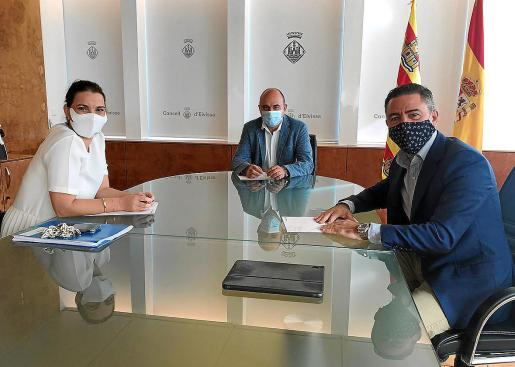 El presidente del Consell d'Eivissa, Vicent Marí, recibió ayer en la isla a la portavoz adjunta del PP en el Congreso, Marga Prohens, y al diputado Miquel Jerez para hablar de la situación de crisis que se vive actualmente en Ibiza.