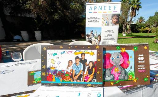 El calendario de este año será muy especial porque los niños de la asociación aparecen fotografiados junto a unos divertidos dibujos que ha creado la ilustradora Paquita Marí.