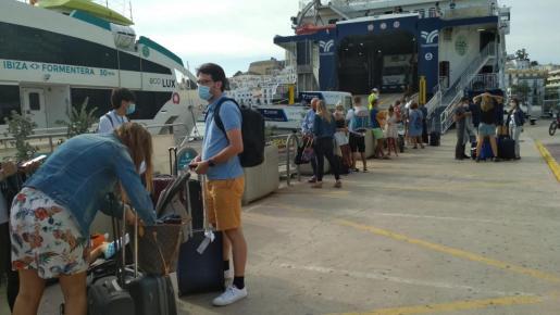 Pasajeros en el puerto de Ibiza que no han podido embarcar para ir a Formentera.