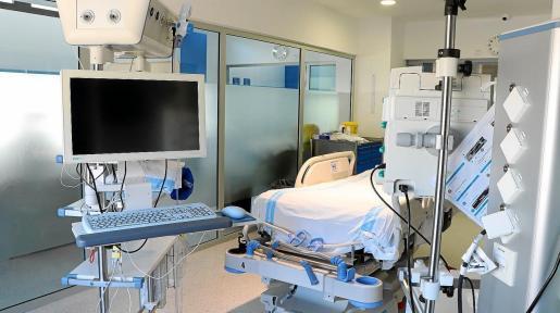 Una de las camas de Cuidados Intensivos del hospital Can Misses.