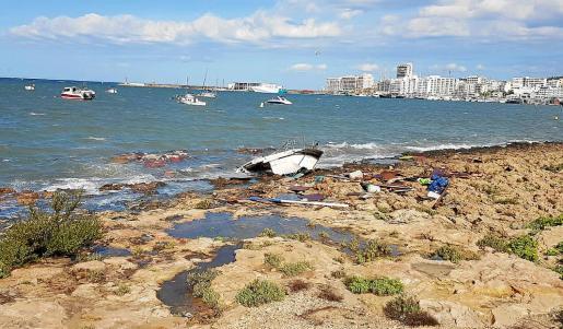 Estado en el que quedó una de las embarcaciones que fondean en Sant Antoni y fue golpeada por el oleaje.
