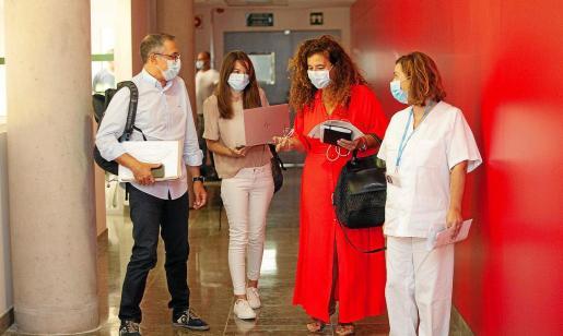 El doctor Javier Arranz, Marga Frontera, Pilar Costa y Carmen Santos, ayer, antes de su comparecencia en Can Misses.