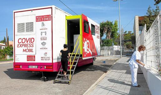 La unidad móvil de PCR durante su estancia en Sant Antoni.