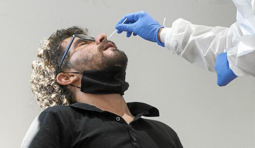 Nuevo cribado. Ayer empezó el nuevo cribado en Vila para detectar asintomáticos entre los 15 y 40 años y hoy se hará en Sant Antoni.