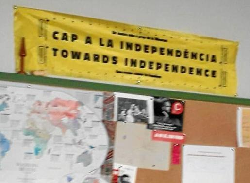 Cartel colocado hace meses en un mural del centro educativo con la leyenda: «cap a la independència».