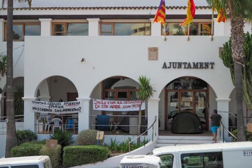 Los vecinos pidiendo que el Ayuntamiento de Sant Josep solucione su problema de vivienda.