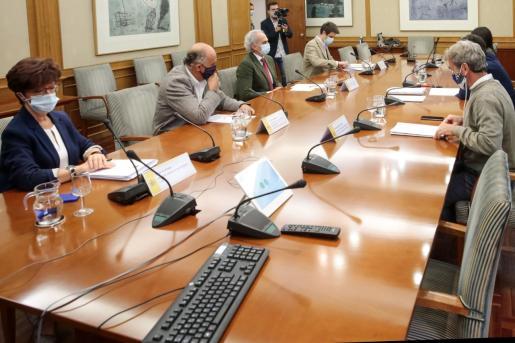 El ministro de Sanidad, Salvador Illa, junto al director del Centro de Alertas Sanitarias, Fernando Simón, durante la reunión con el consejero de Sanidad de la Comunidad de Madrid, Enrique Ruiz Escudero y sus correspondientes equipos técnicos, este en la sede del Ministerio de Sanidad.