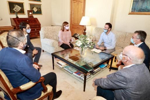 La presidenta del Govern, junto al conseller Iago Negueruela, y los presidentes de PIME de las diferentes Islas.