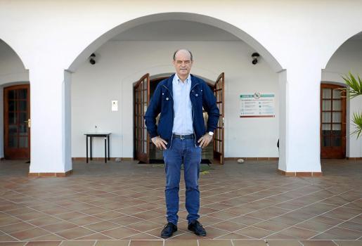 Vicent Guasch, subdirector de la Escuela de Turismo de Ibiza, ayer, frente a las instalaciones.