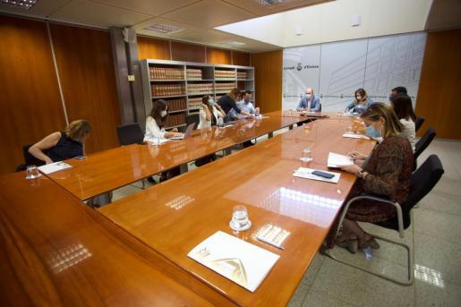 Patricia Gómez, en la reunión en el Consell de Ibiza, junto a Rafa Ruiz y Marcos Serra.