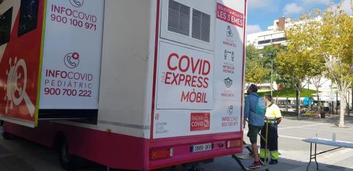 El camión COVID Express Móvil en el Bulevar Abel Matutes.