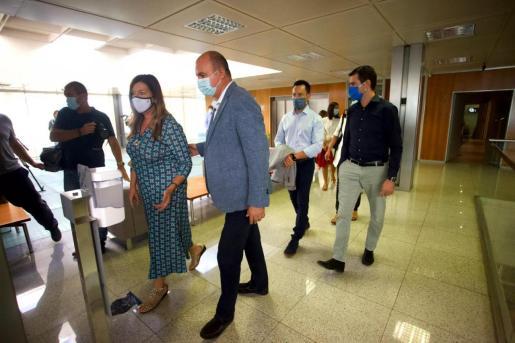 Unidad institucional. Gómez agradeció a los ayuntamientos y al Consell d'Eivissa el apoyo que tienen entre ellos y con el Ejecutivo ba- lear. En la imagen, Patricia Gómez, Vicent Marí, Rafa Ruiz y Marcos Serra, ayer, entrando a la reunión de seguimiento.