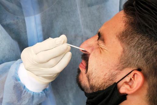 Un sanitario realiza una extracción de muestra a un paciente para una prueba de coronavirus .