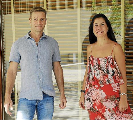Fabio Ribeiro da Silva y Eva Cobos componen el equipo de Cinética, que con un cilindro convierten la energía solar y eólica en electricidad.
