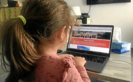 Una alumna hace sus deberes durante el confinamiento.